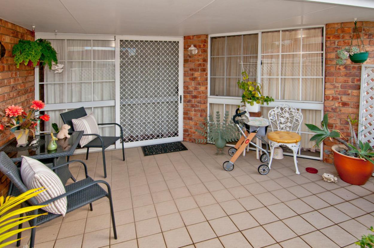 Beautifully presented open plan living 2 bedroom, 1 bathroom villa in a tranquil location
