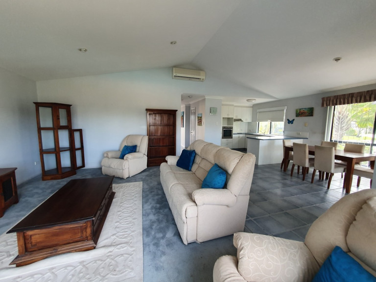 STUNNING VIEWS AND ROOM TO ENTERTAIN - 59 Cassowary Ave