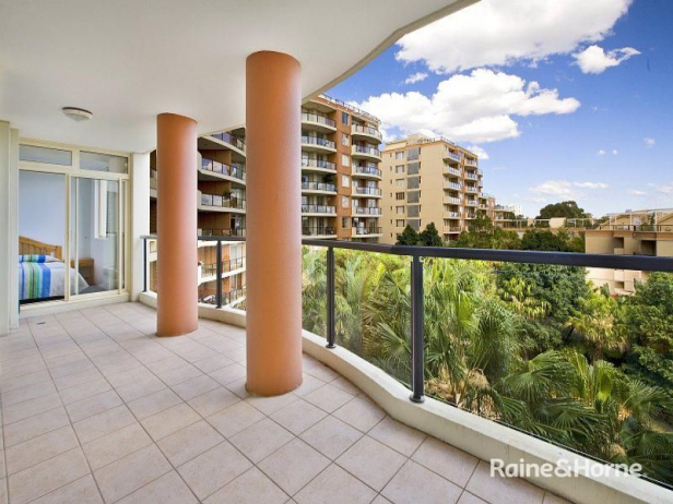 ELEGANTLY PRESENTED 3 BEDROOM APARTMENT WITH PARKING FOR 2