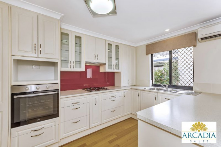 ARCADIA WATERS MADDINGTON - Solid Timber Floors & Feature Kitchen