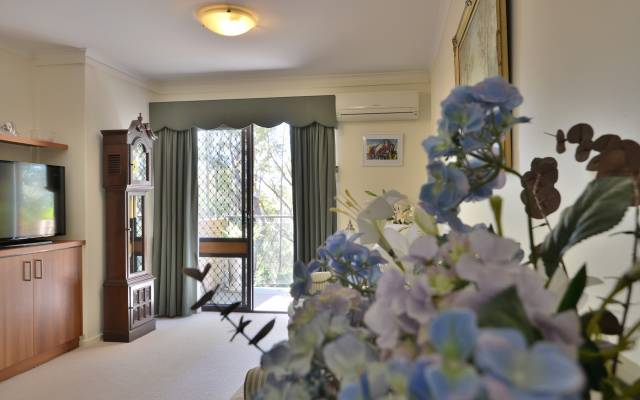 Overlooking the magnificent Eleoura Bush, this 1 bedroom serviced apartment is ready for a new owner.