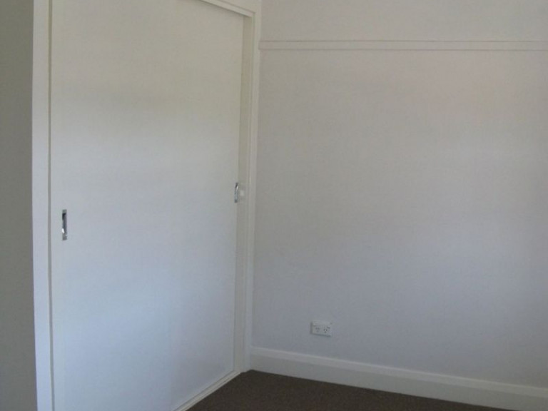 3 BEDROOM FAMILY HOME - SHORT WALK TO SHOPS, SCHOOL AND TRANSPORT