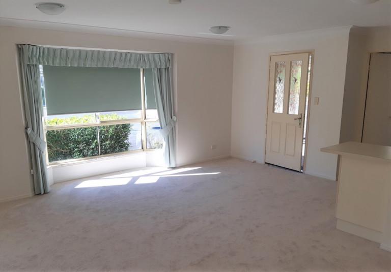Bright 2 bedroom 2 bathroom Villa with sunroom, recently renovated