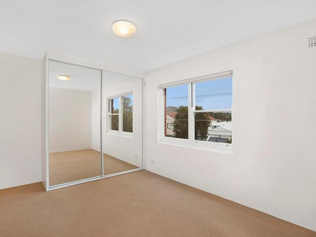 Private double bedroom in beautifully renovated Bronte apartment