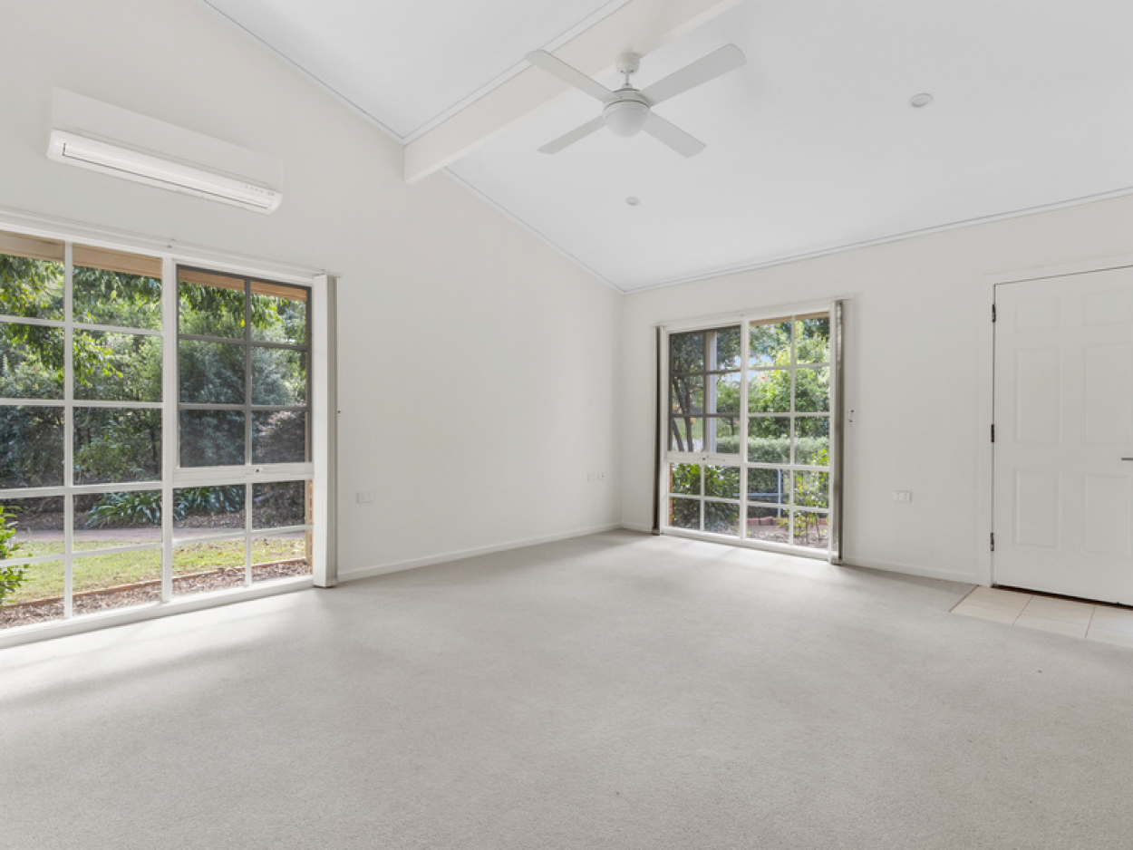 High ceilings and picturesque garden stting