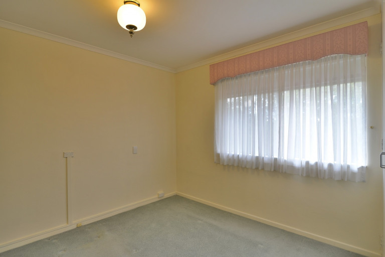 NO EXIT FEES!!  This lovely bright serviced apartment is waiting for a new owner