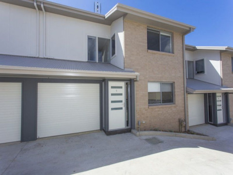 CONVENIENTLY LOCATED - 2 BEDROOM TOWNHOUSE