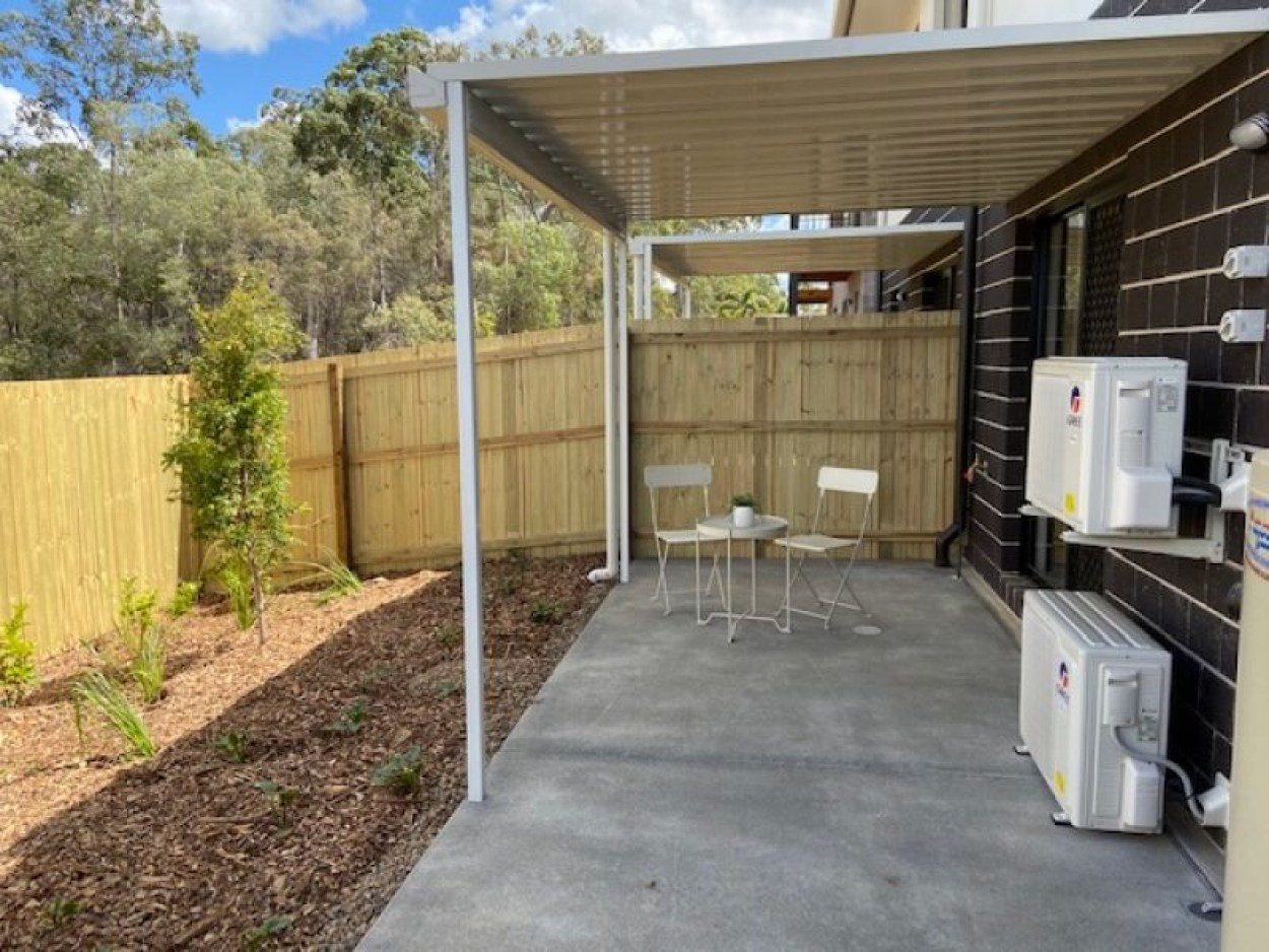 3 BEDROOM TOWNHOUSE - Double Garage, Air Cons & Pets welcome.