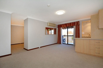 Well presented one bedroom west facing upper level apartment.