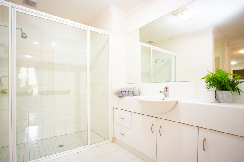 Lovely apartment, secure building - gated community, nurse onsite, great facilities, Taylors Hill Village