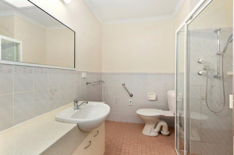 Well presented studio apartment in the heart of the village