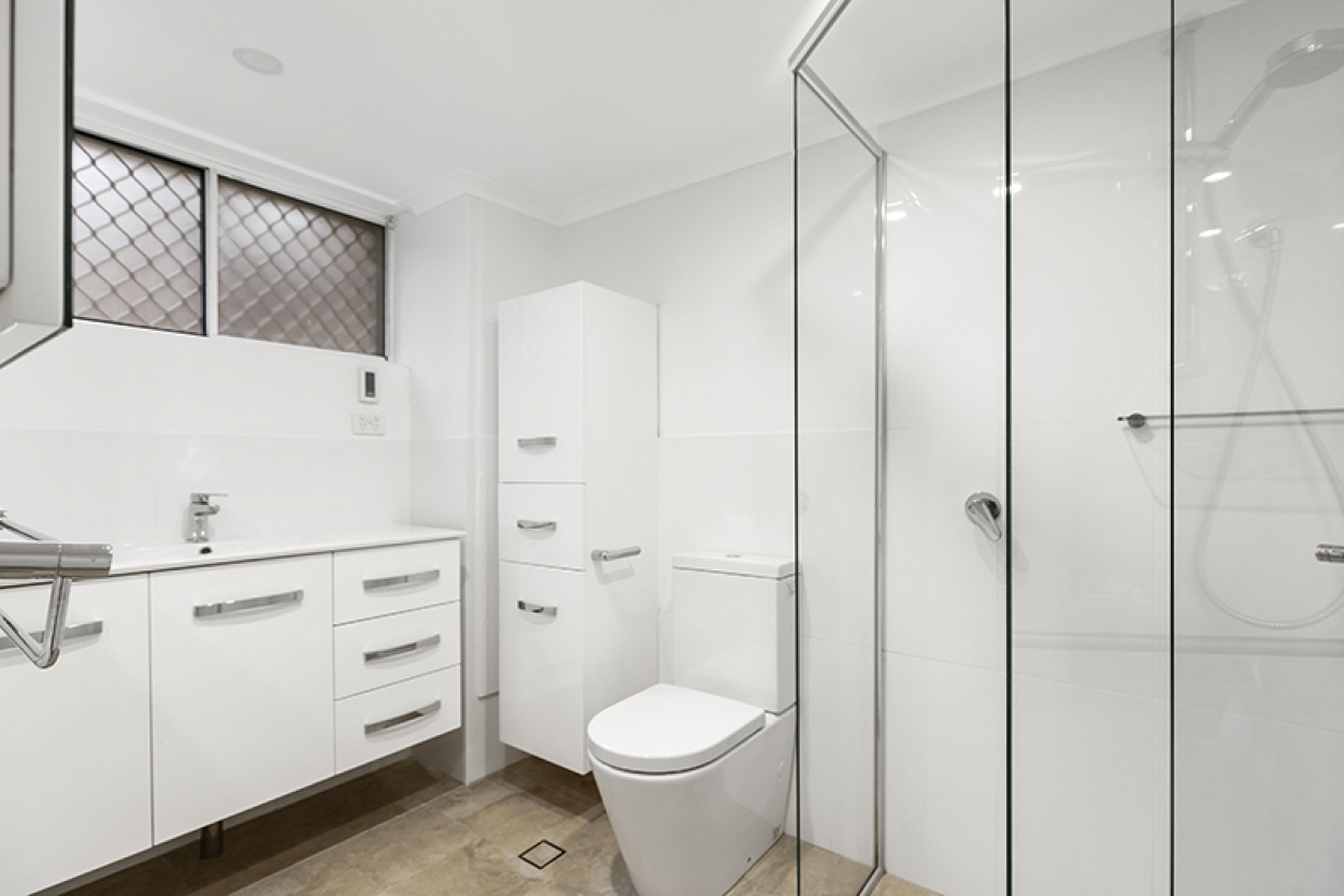 Fully renovated light-filled unit with sunny balcony