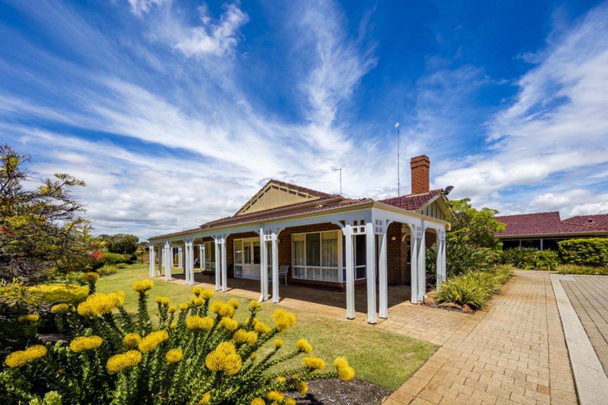 51 Lakeside Gardens - Gorgeous unit with a generous size courtyard
