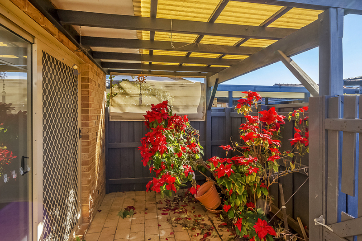45 Lakeside Gardens - Absolutely charming, cottage style home surrounded by colourful gardens