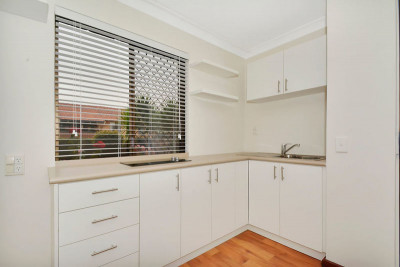 Instantly appealing, light and bright ground floor apartment in a lovely garden setting.