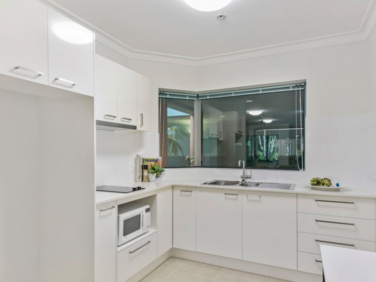 Beautifully refurbished ground floor 1 bedroom apartment close to dining area