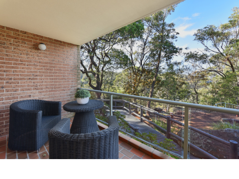 Quiet spacious unit with stunning bushland views