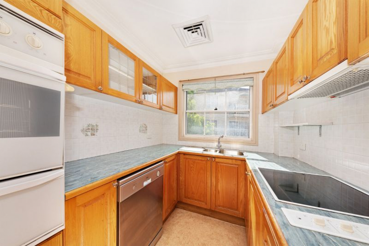 Rarely available 2 bedder in the renowned Windsor Gardens.