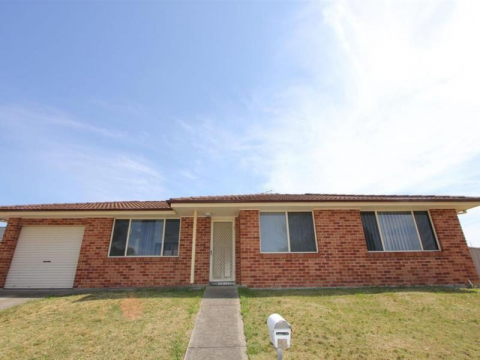EASY TO MAINTAIN 3 BEDROOM HOUSE WITH SINGLE GARAGE AND ENCLOSED YARD