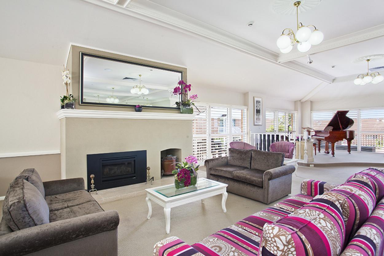Delightful studio serviced apartment overlooking gardens