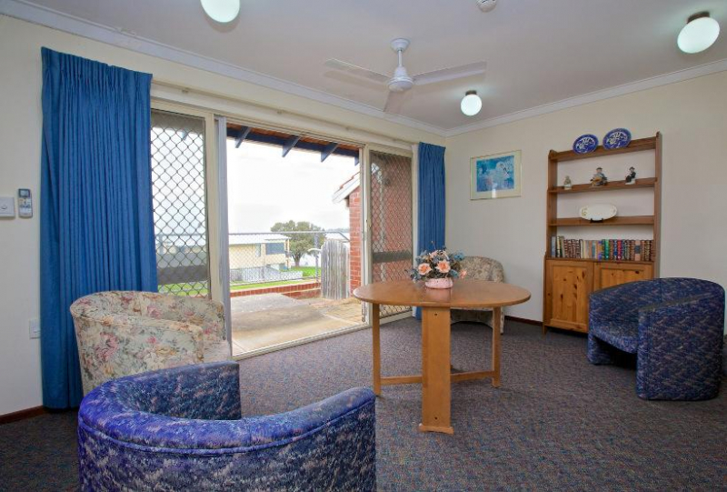 Wearne House is on the north-east shore of the Mandurah Estuary, between the Old Mandurah Bridge and the Mandurah Estuary Bridge. Situated on the water's edge, it is within walking distance of the Mandurah Terrace café strip.