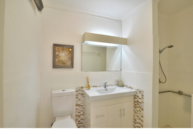 NO EXIT FEES!! YOU KEEP ALL CAPITAL GAINS WHEN YOU SELL!   This lovely bright serviced apartment is waiting for a new owner