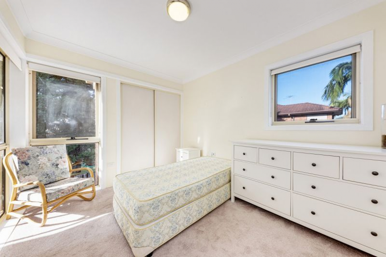 A SUNNY ONE BEDROOM APARTMENT IN THE POPULAR CORNER POSITION